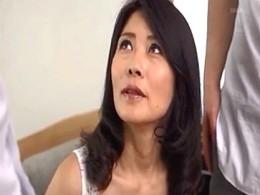 綺麗な熟女母が娘の彼氏と友人にガン突きされ3Pエッチでヒクヒク痙攣!井川香澄