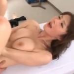 保健室で先生を手マンで潮吹き!02