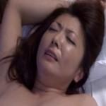息子のクンニと手マンでヒクヒク痙攣する熟母!01
