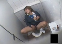 淫乱JKがトイレで手マンオナニーしてヒクヒク痙攣アクメ![盗撮]01