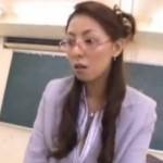 メガネ熟女教師がバック挿入され、尻にぶっかけられてヒクヒク痙攣![村上涼子]01