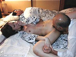美人妻が旦那の横で祖父にクンニされ痙攣イキ!澤村レイコ