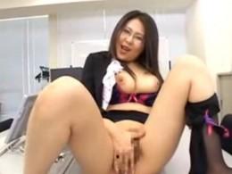 メガネ熟女教師が教室で手マンオナニーしてヒクヒク痙攣アクメ!01