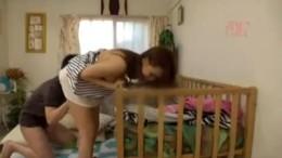 淫乱妻が赤ちゃん寝かせて浮気エッチで痙攣アクメ![オムニバス150分]01