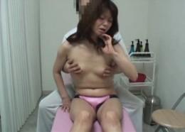 熟女がエロマッサージで足をバタバタさせて痙攣オーガズム!
