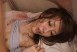 細身の美人妻がガンガン突かれてイキまくり!03