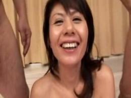 美熟女が上下の口にチ●ポ咥え込み初3Pでヒクヒク痙攣![日比野美咲 vol.5]05
