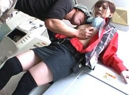 営業中のゲーセンで女子店員が陵辱され潮吹き!立ちバックで痙攣腰砕け!綾見ひかる02