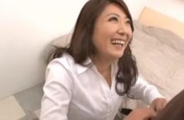 笑顔のエロ熟女!3穴同時・連続潮吹き・連続痙攣アクメ![紫彩乃]01