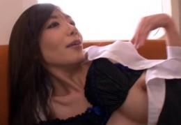 淫乱OLが電車内で男を誘惑し激しいバックで痙攣アクメ!2