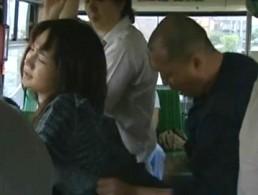 美女が男達を誘惑しバスの中で立ちバック!痙攣が止まらない!02