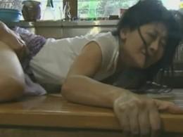高齢熟女母が息子にぶっ倒れる程突かれ強烈な快感を味わい痙攣悶絶!06