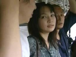 美女が男達を誘惑しバスの中で立ちバック!痙攣が止まらない!011