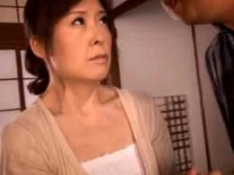 高齢熟女の家政婦が主人に電マを当てられて潮吹き痙攣アクメ!02