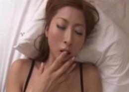 欲求不満の美人妻が中年オヤジを誘惑してビクビク痙攣エッチ!愛咲れいら00