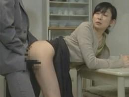 普通の主婦が隣の旦那を略奪し寝取られ状況で痙攣アクメする淫乱人妻!