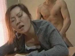 熟女母は勃起しない旦那より息子の巨根で痙攣アクメ!02