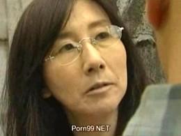 高齢の熟女医師はポルノ映画感で男漁ってヒクヒク痙攣アクメ!01