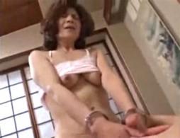 六十路還暦の高齢熟女が手錠され若い男の手マンでピクピク痙攣アクメ!