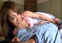 熟女母がビクビク痙攣アクメ!父が隣にいる寝取られ状況で息子とエッチ!02
