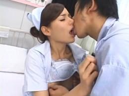 美人ナースが患者とコッソリ病室でエッチして潮吹き痙攣アクメ!Rio02