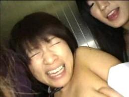 レズ2人組がJKをエレベーターの中で犯し手マンでピクピク痙攣アクメ!