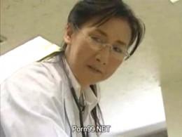 高齢の熟女医師はポルノ映画感で男漁ってヒクヒク痙攣アクメ!02