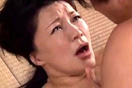「そんなに奥まで突かないで〜」高齢熟女母が息子にレイプされガクガク大痙攣アクメ!霧島ゆかり02