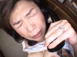高齢熟女母が電話をしながら息子に高速手マンされ潮吹きヒクヒク痙攣アクメ!時越芙美江05