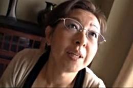 高齢熟女母が息子に犯され潮吹き中出しヒクヒク痙攣!