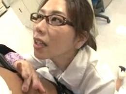 熟女OLはいつも若い社員のチ●ポを想像して中出し痙攣!翔田千里02