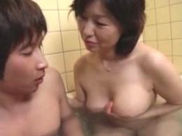 高齢熟女母が息子の童貞筆おろしでヒクヒク痙攣!里中亜矢子2