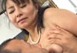 五十路高齢熟女が久しぶりのエッチで花岡じったにガン突きされて中出しヒクヒク痙攣アクメ!高崎千鶴02