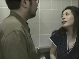 熟女母が家族で買い物中に浮気相手とトイレで痙攣エッチ!中山水穂