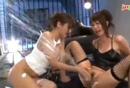 噴水潮吹きをする美女2人!体液出しまくりガクガク痙攣!さとう遥希・まりか02