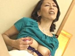 五十路高齢熟女の母は息子をオカズにオナニー痙攣イキ!塚本ひろな02