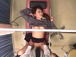 妊娠してしまったJKが悪徳医師に漬け込まれ分娩台で中出しヒクヒク痙攣エッチ!