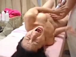 熟女がエロマッサージで横エビ反り大痙攣アクメ!02