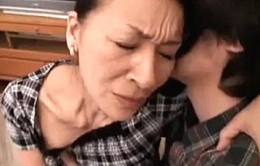 「もう我慢できないわ〜」高齢熟女母が息子に突かれてビクビク痙攣!高見礼子02