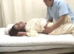 臨床実験で媚薬飲まされた娘がエロ医師に犯され中出し痙攣!
