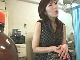 子づくり中の美人妻が婦人科の悪徳医師に中出しされて足ガク痙攣!