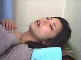 婦人科検診でバイブ挿入されてビクビク痙攣しちゃう人妻さん!02