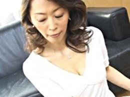 五十路高齢熟女の母が息子に手マンされヒクヒク痙攣イキ!塚本ひろな02