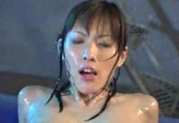 立花里子がローションプールで連続大痙攣オーガズム!02