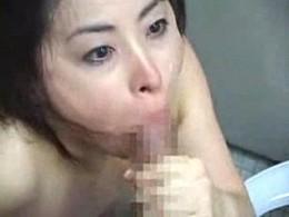 淫乱なトイレ掃除おばさんが患者を誘惑してガクガク痙攣エッチ!目を充血させイラマチオ掃除!3