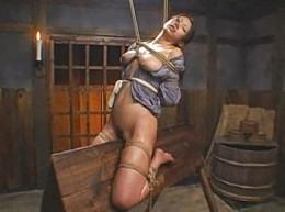 「オマ●コ壊れちゃう〜」熟女囚人が三角木馬で大量潮吹き失禁して激痙攣!友田真希02
