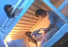 二段ベッドで寝ている美少女JK姉妹が夜這され潮吹き痙攣イキまくり!愛原さえ・前田陽菜02