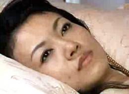 「もう一回して〜」情欲に狂った美熟女母は夫の電話を無視して息子にイカされ痙攣アクメ!永井智美
