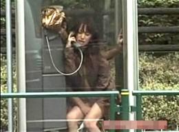 美女が公衆電話ボックスの中で電マ責めされビクン痙攣!菅野亜梨沙02