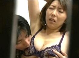 巨乳の熟女母は息子にクンニされてビクビク痙攣オーガズム!櫻井ゆうこ02